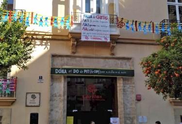 Cáritas Diocesana de Valencia 'penja' su Falla solidaria con la presencia de las Falleras Mayores