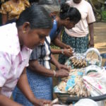 Apoyo a mujeres afectadas por el tsunami en Sri Lanka, 2004.