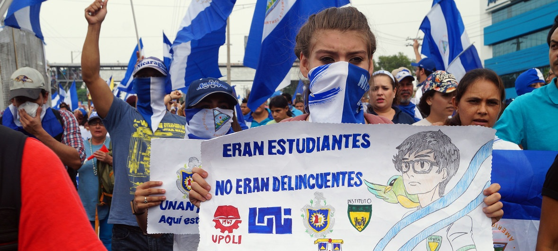 """Manifestaciones en Nicaragua, con cartel: """"Eran estudiantes, no eran delincuentes."""