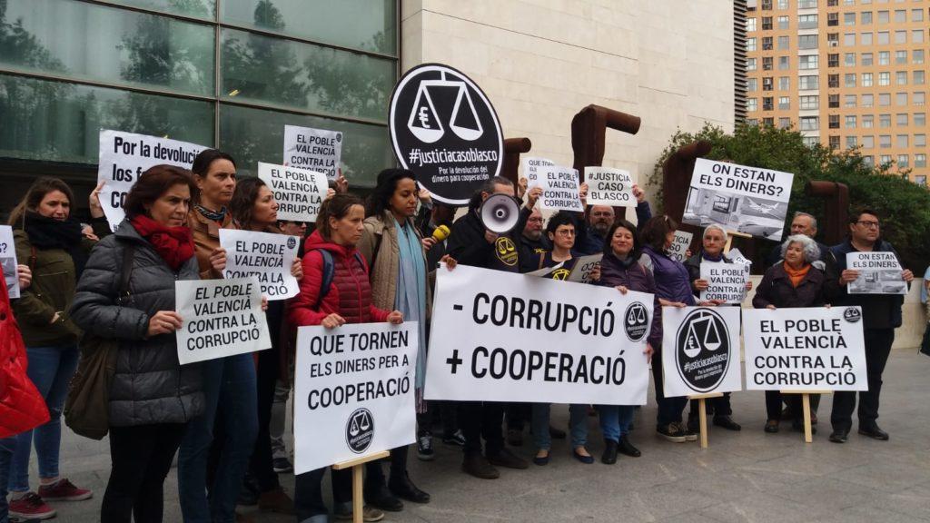 Imagen de protesta antes la Ciudad de la Justicia durante el juicio por el Caso Blasco