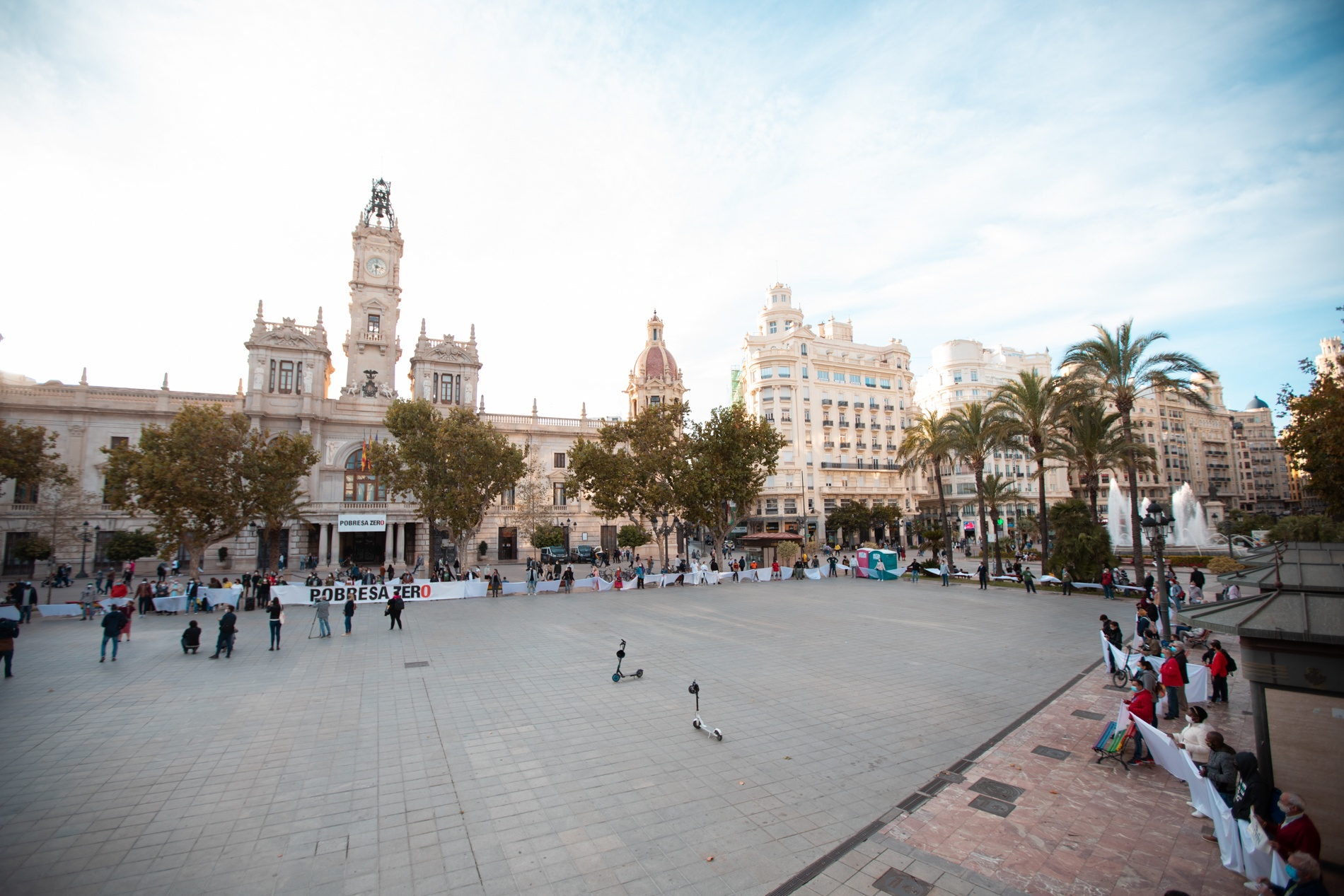 Imagen general de la concentración de Pobresa Zero en la Plaza del Ayuntamiento de València