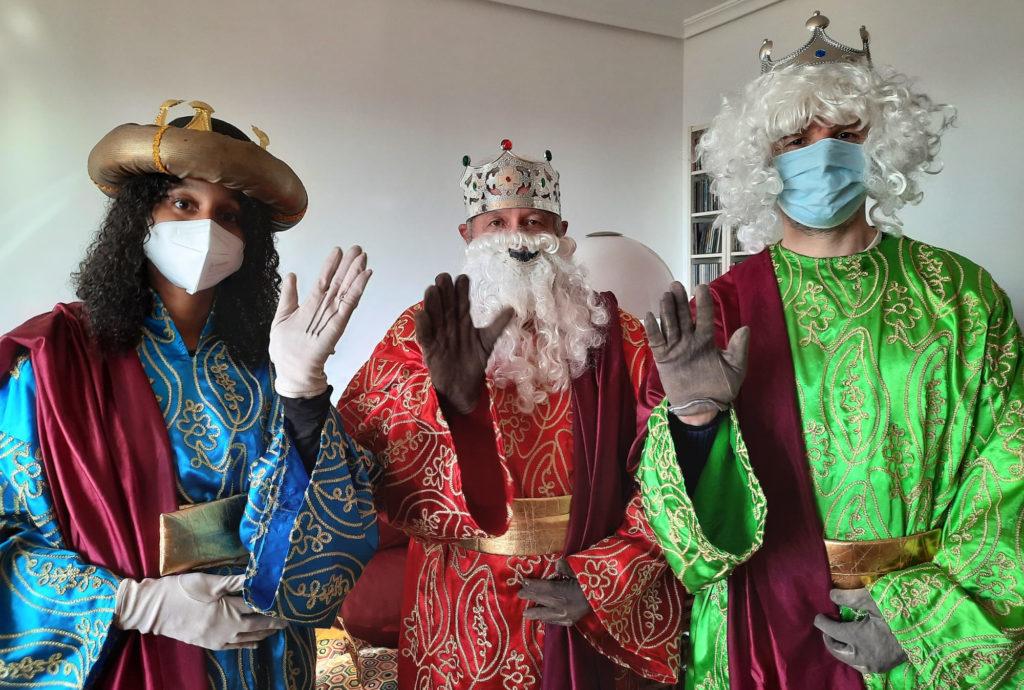 Los Reyes Magos saludando